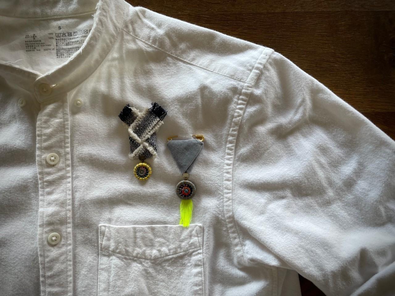 糸巻きボタンの勲章風ブローチ